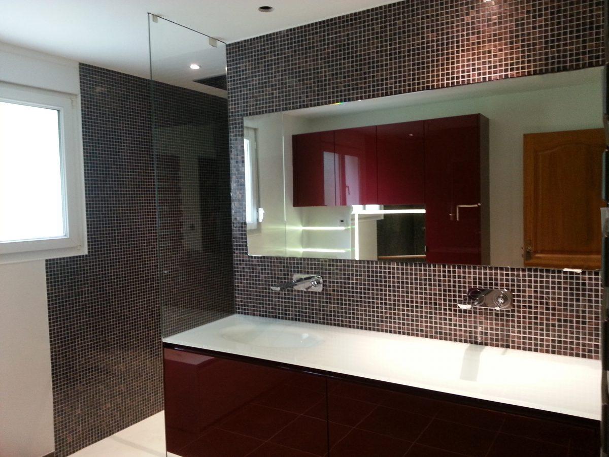 Salle de bains laquée rouge brillant