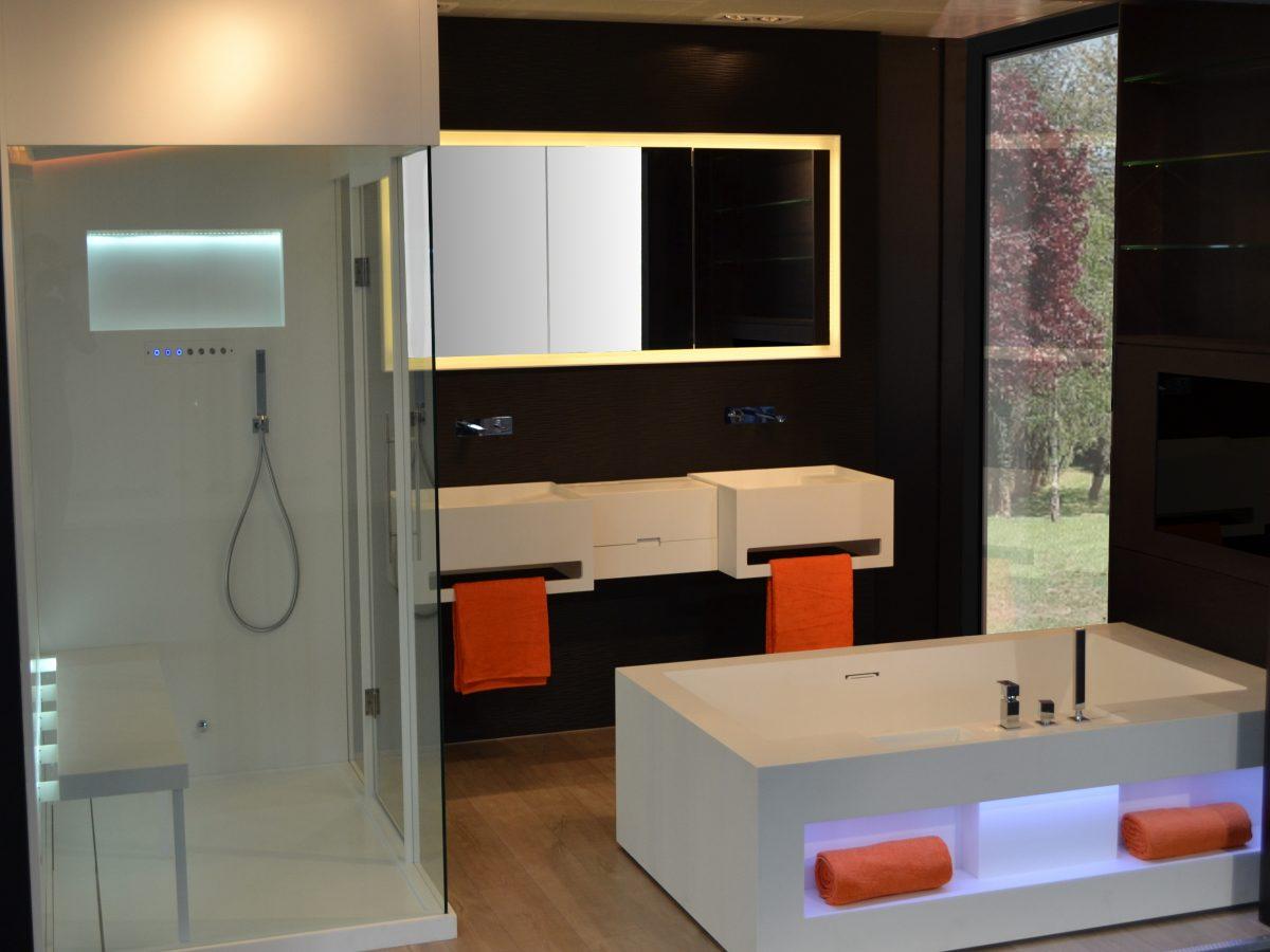 Salle de bains : plan vasque, baignoire, hammam Corian®