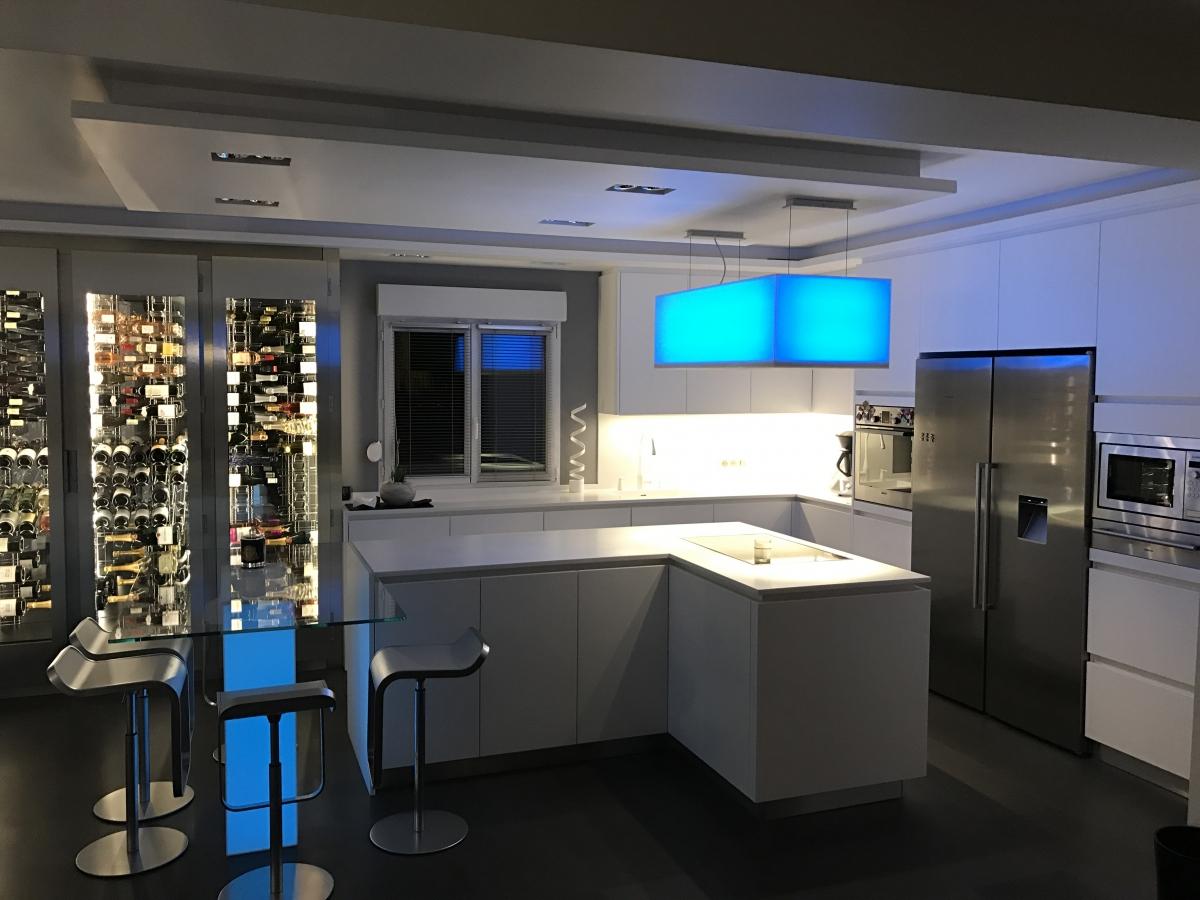 Cuisine chemin e et armoire d 39 entr e ateliers courtois for Cuisine avec cave a vin